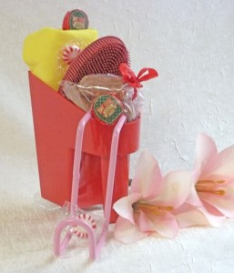 red scoop with flowers